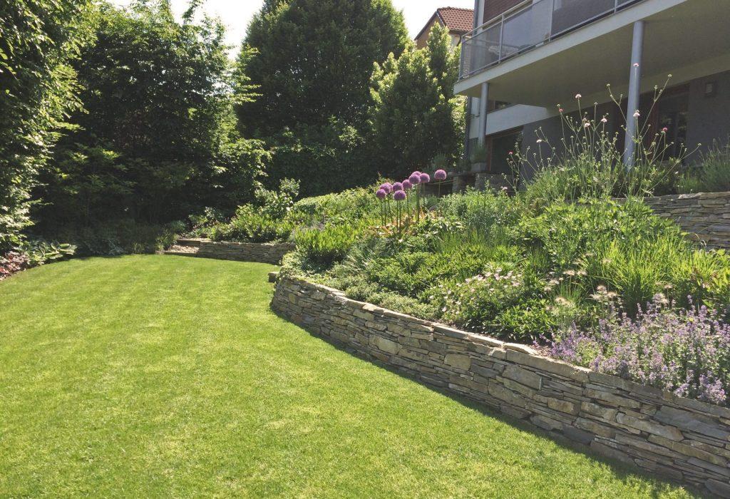 zahrada-s-kamennymi-zidkami