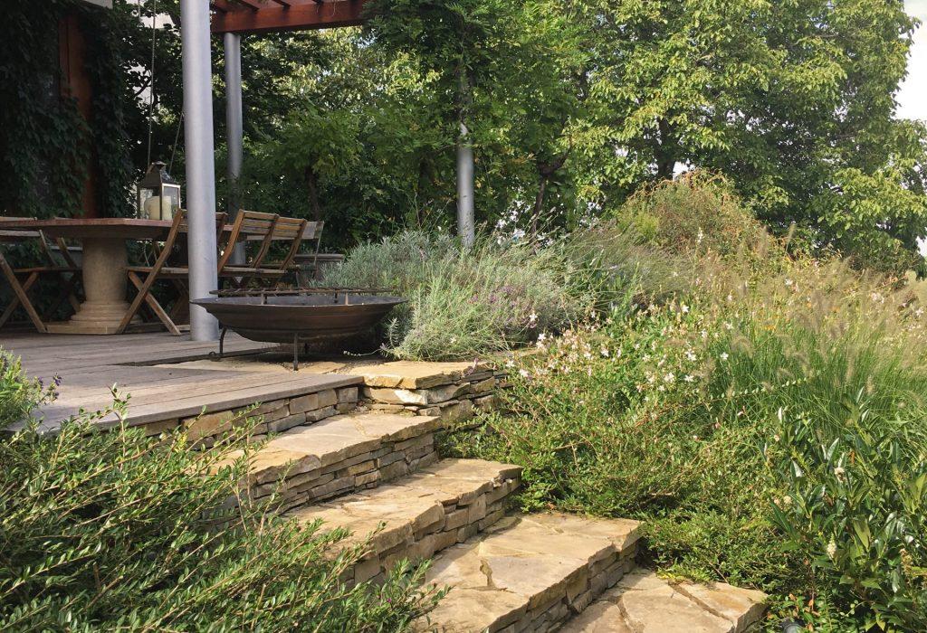 zahrada-s-kamennymi-zidkami2