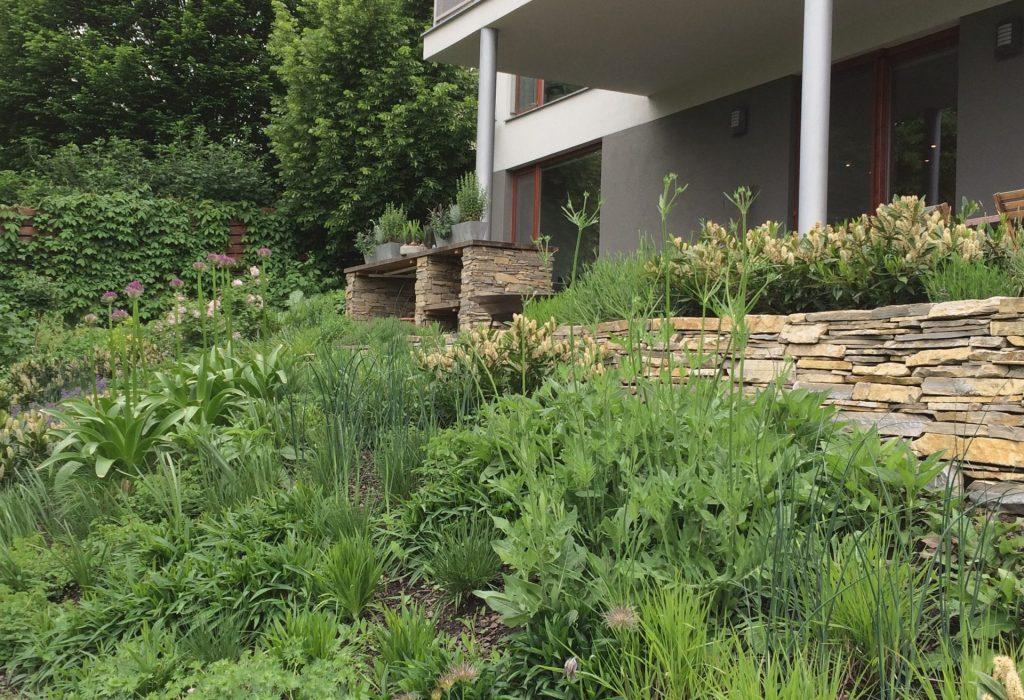 zahrada-s-kamennymi-zidkami3